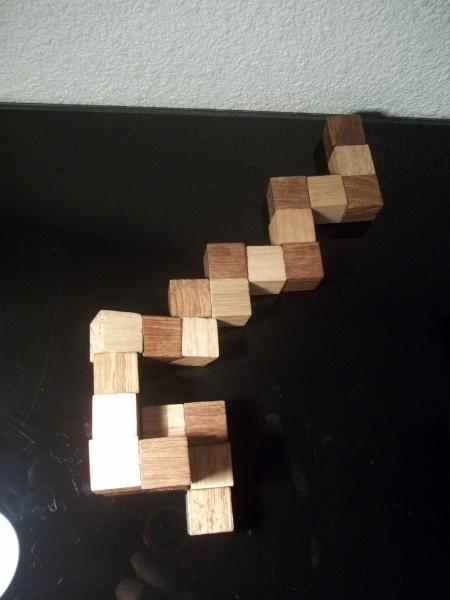 Cassetête  le snake cube 3x3x3 en bois et sa solution
